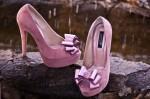 """Pantofii cu platforma """"Romantique Lila"""", cu varful decupat, sunt realizati din piele naturala interior, exterior.  Inaltimea tocului este de 13 cm, inaltimea platoului este de 3 cm, rezultand o inaltime de 10 cm. Acoperisul de brant al pantofilor este prevazut cu un buret special ceea ce ii face extrem de comozi. Pantofii se pot realiza si din alte combinatii de culori. Marimi 35-40. Sunt pantofii ideali: inalti, dar in acelasi timp comozi si eleganti."""